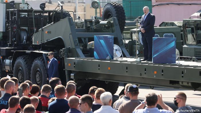 Minsk Lukaschenko Auftritt vor Fabrikarbeitern (Reuters/BelTA)