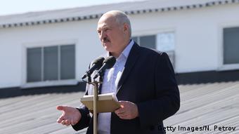 Президент Беларуси Александр Лукашенко выступает перед рабочими МЗКТ