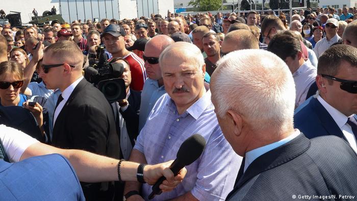 Lukashenko em meio a multidão de trabalhadores