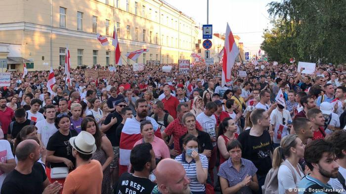 Minsk Kundgebung Gefängnis Opposition (DW/A. Boguslavskaya)