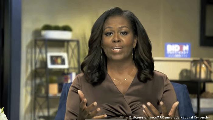 سال ۲۰۰۹ بود که میشل اوباما به عنوان نخستین بانوی اول سیاهپوست تاریخ آمریکا پا به کاخ سفید گذاشت. او که دانشآموخته رشته حقوق پرینستون و هاروارد است را نه تنها برای کارنامه درخشانش تحسین میکنند، بلکه برای خوشپوش بودن و رفتار شایستهاش. او در سال سرنوشتساز ۲۰۲۰ پیوسته در تلاش بود تا آمریکاییها را برای مشارکت در انتخابات ریاست جمهوری بسیج کند.