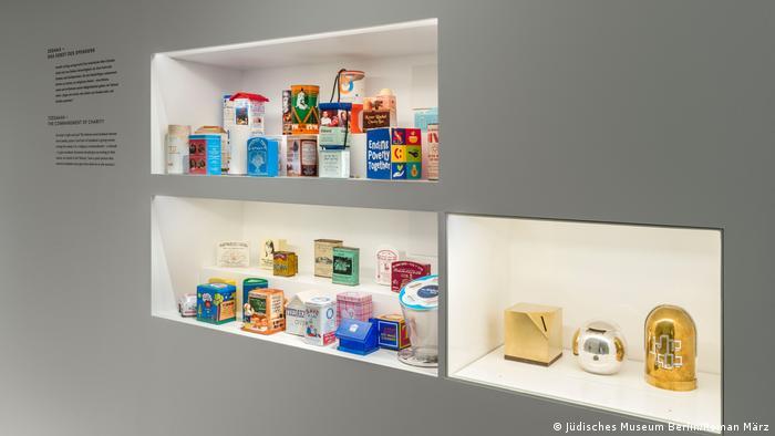 Coleção de caixas exibidas em nichos de museu