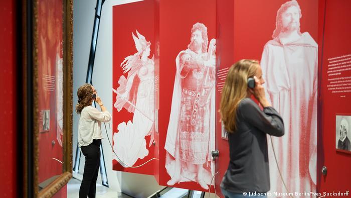 Visitantes do Museu Judaico de Berlim escutam áudio de exposição