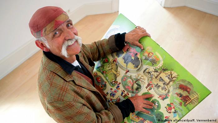 Ali Mitgutsch with one of his books (picture alliance/dpa/R. Vennenbernd)