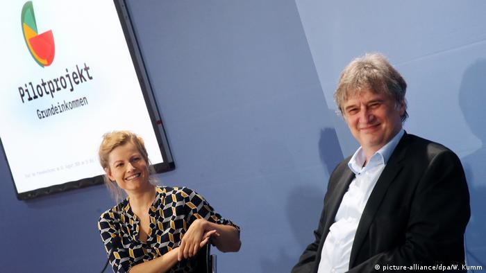 Peneliti sosial Susann Fiedler (kiri) dan peneliti ekonomi Jürgen Schupp (kanan) memperkenalkan proyek Grundeinkommen di Berlin