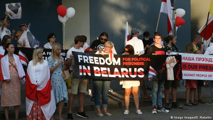 Противники президента Беларуси Александра Лукашенко у посольства Беларуси в Литве, 16 августа 2020