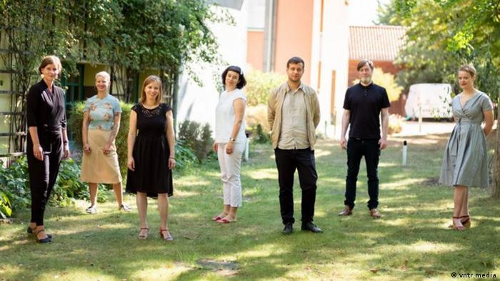 The jury of the German Book Prize 2020 standing outside. From left to right: Maria-Christina Piwowarski, Chris Möller, Denise Zumbrunnen, Katharina Borchardt, Felix Stephan, David Hugendick, Hanna Engelmeier