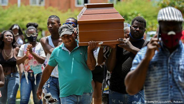 Pessoas carregam caixão na Colômbia