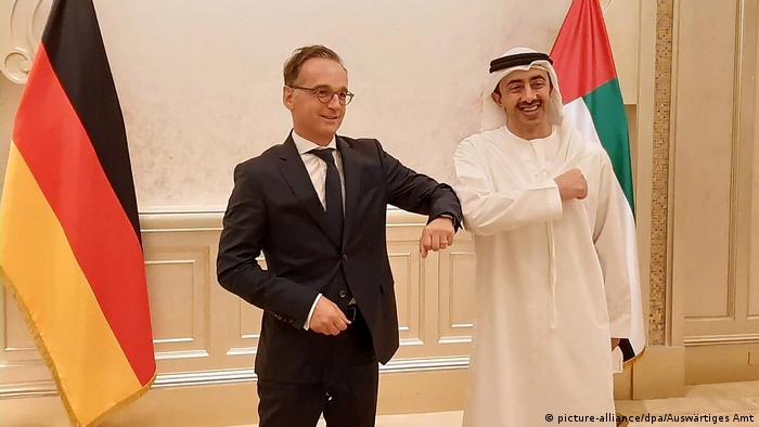 Bundesaußenminister Maas wird in Abu Dhabi Corona-gemäß von seinem Amtskollegen Abdullah bin Said Al Nahjan begrüßt (picture-alliance/dpa/Auswärtiges Amt)
