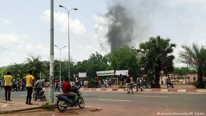 Columna de humo desde la residencia del ministro de Finanzas de Mali, en Bamako.