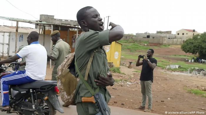 Un soldat malien dans un checkpoint de Kati, ville garnison d'où est parti le coup d'Etat.