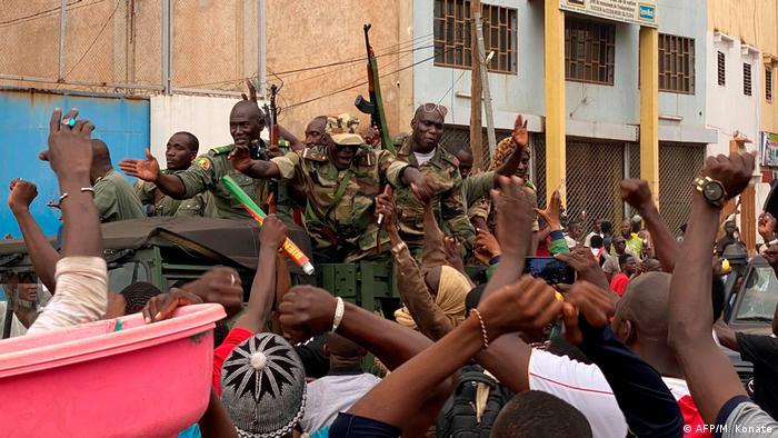 Nach der Festnahme von Malis Staats- und Regierungschef werden Soldaten in Bamako bejubelt (Foto: AFP/M. Konate)