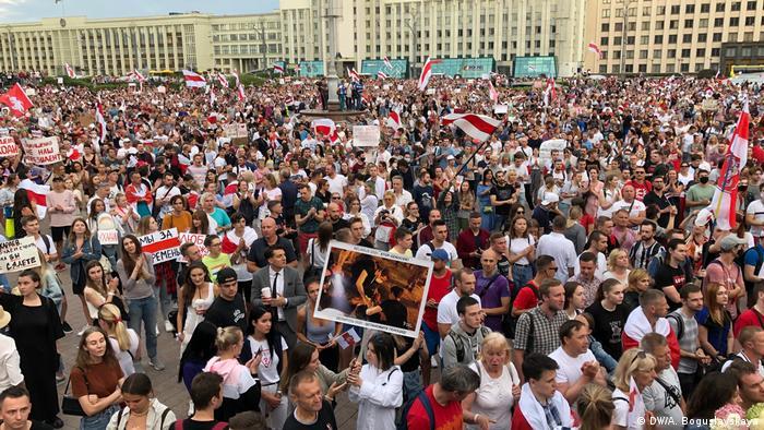 Weißrussland Protest-Kundgebung auf dem Platz der Unabhängigkeit in Minsk