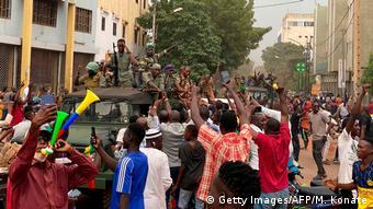 Des soldats maliens accueillis en héros à la Place de l'indépendance de Bamako après l'arrestation du président Ibrahim Boubacar Keïta et de son Premier ministre, Boubou Cissé, le 18 août 2020