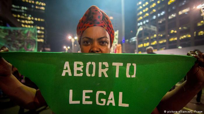 """Mulher segura faixa escrita """"aborto legal"""" em protesto em São Paulo"""