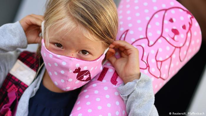 Coronavirus   Deutschland   Rodenbach Schülerin mit Maske