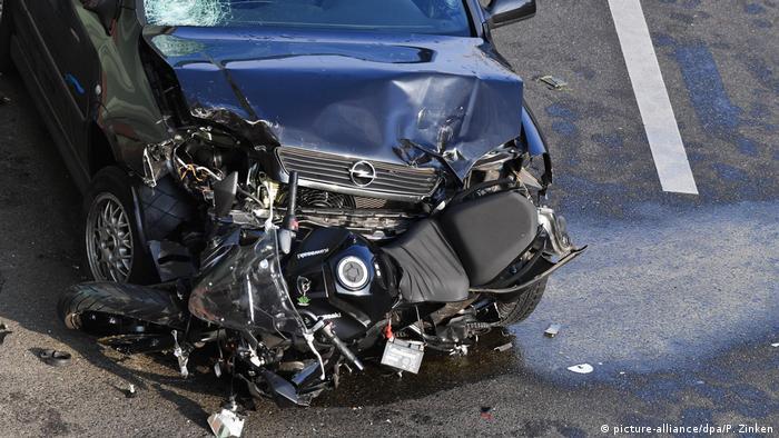 السيارة التي كان يقودها المنفذ وقد حطمت دراجة نارية