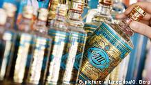 16.08.2006, Nordrhein-Westfalen, Köln: Eine Frau nimmt Parfüm der Duftwassermarken 4711 Echt Kölnisch Wasser aus dem Regal. Kölner Physiker haben einen ungewöhnlichen Stern nach einem sehr bekannten Parfüm benannt. Foto: Oliver Berg/dpa +++ dpa-Bildfunk +++ | Verwendung weltweit