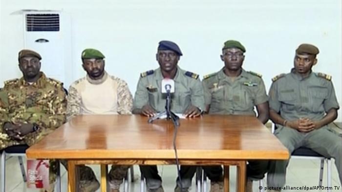 Putschisten in Mali und ihr Sprecher Ismael Wagué (M.)