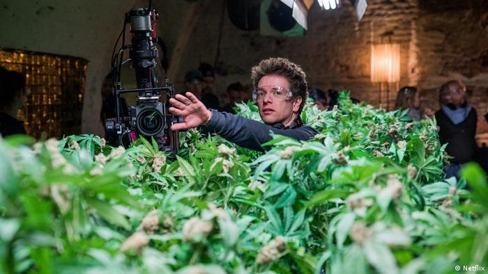 O diretor Christian Ditters durante as filmagens da série Biohackers