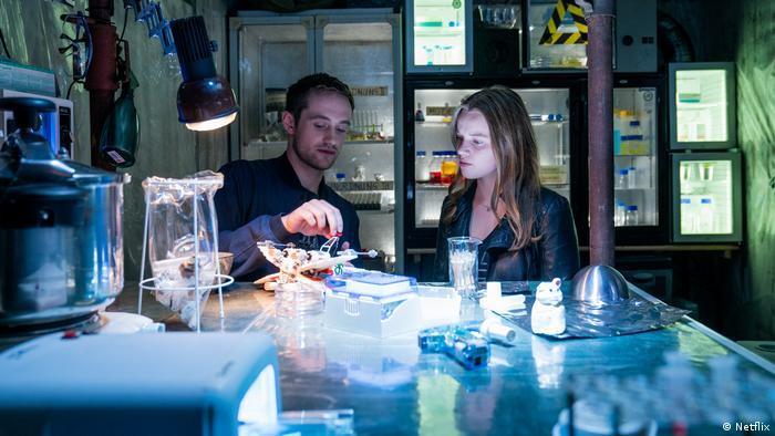 Estudantes em laboratório ilegal em cena da série Biohackers
