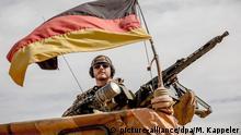 ARCHIV - 13.11.2018, Mali, Gao: Ein Soldat der Bundeswehr steht am Flughafen nahe des Stützpunkt in Gao im Norden Malis neben seinem Maschinengewehr. (zu dpa Mali auf dem Weg ins Chaos? Politische Krise befeuert Terrorismus) Foto: Michael Kappeler/dpa +++ dpa-Bildfunk +++ | Verwendung weltweit