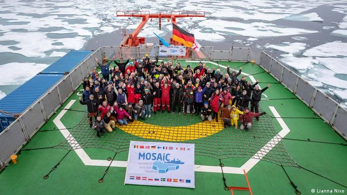 Die jubelnde MOSAiC-Crew am Nordpol (Foto: Lianna Nixon) (Lianna Nixo)