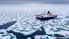 Der Eisbrecher Polarstern am Nordpol