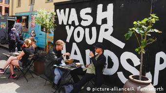 Уличное кафе в Швеции с вывеской Мойте руки