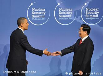US President Barack Obama welcomes the President of China Hu Jintao to the Nuclear Security Summit