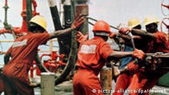 Arbeiter auf einer Öl-Plattform in Nigeria