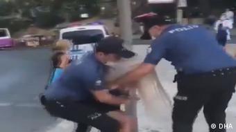 Εικόνα από μια βίαιη σύλληψη γυναίκας στην Κων/πολη