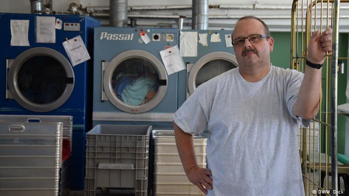 Klaus Kraft at his laundry washing business (DW/W. Dick )