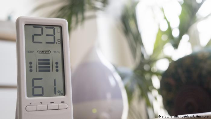 Higrômetro marcando 23 graus e 61 por cento de umidade do ar