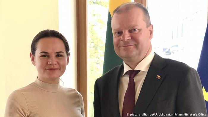 Litauen Vilnius Swetlana Tichanowskaja im Exil mit Premierminister Saulius Skvernelis (picture-alliance/AP/Lithuanian Prime Minister's Office)