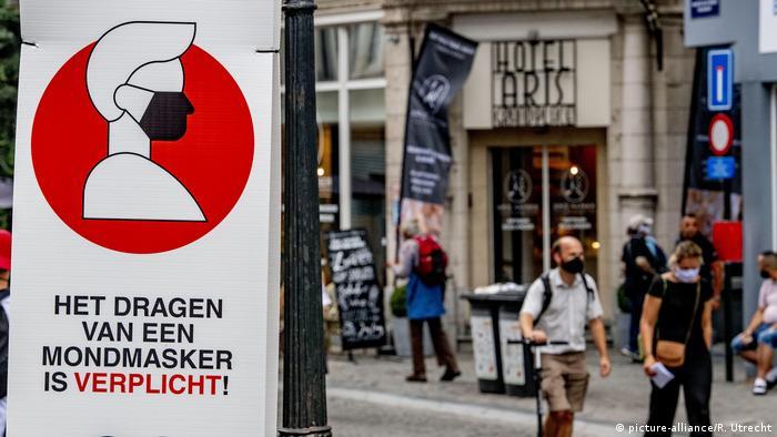 W Belgii obowiązuje w miejscach publicznych zakrywanie nosa i ust (picture-alliance/R. Utrecht)