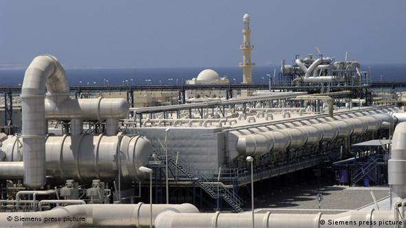 Entsalzungsanlage mit Meer im Hintergrund (Quelle: Siemens)