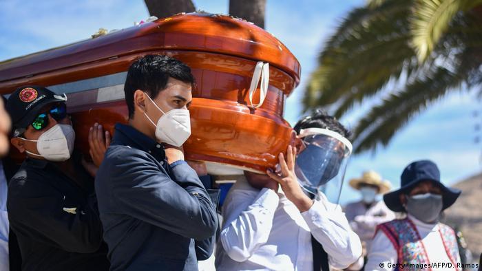 Peru Coronavirus | Beisetzung der Opfer (Getty Images/AFP/D. Ramos)
