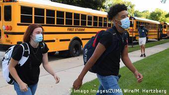 Des bus scolaires et des enfants aux Etats-Unis