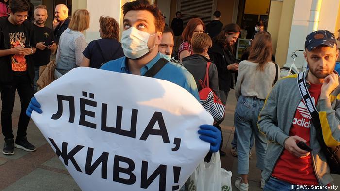 Участник акции в Санкт-Петербурге в поддержку Навального с плакатом Леша, живи!, 20 августа