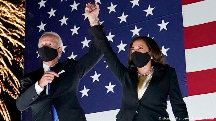 USA Wilmington   Joe Biden, demokratischer Präsidentschaftskandidat, und Kamala Harris, demokratische Vize-Präsidentschaftskandidatin (picture-alliance/AP Photo/A. Harnik)