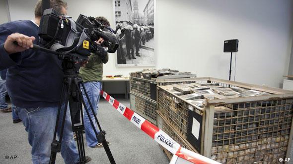 Kameramann vor abgesperrten Transportbehältern (Foto: AP)