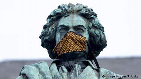 Bonn | Beethovenstatue mit Mundschutz (Imago Images/R. Unkel)