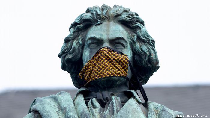 Beethovenstatue mit Mundschutz (Imago Images/R. Unkel)