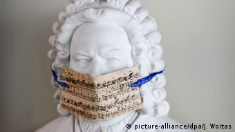 Μία μάσκα για τον Μπετόβεν - ένα ινσταλέισον που ένα χρόνο πριν δεν θα έβγαζε κανένα απολύτως νόημα...