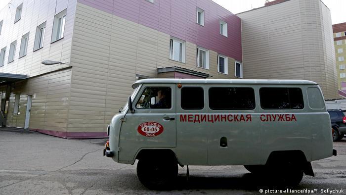 Автомобиль медицинской службы у городской клинической больницы №1 в Омске, куда был помещен оппозиционный политик Алексей Навальный.