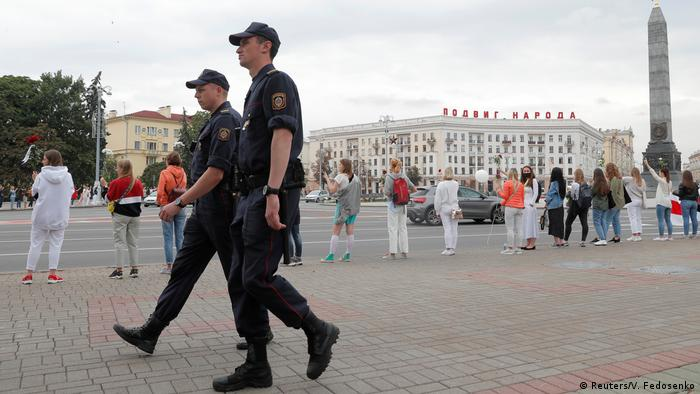 Polizisten in der Hauptstadt vor einer Menschenkette der Opposition (Reuters/V. Fedosenko)