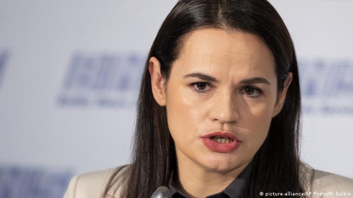 Swetlana Tichanowskaja bei ihrer ersten Pressekonferenz nach der Flucht (picture-alliance/AP Photo/M. Kulbis)