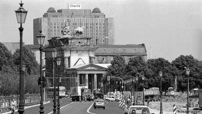Deutschland Berlin | Brandenburger Tor | Hauptgebäude Charité (Imago Images)
