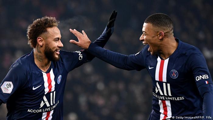 Neymar e Kylian Mbappe comemoram em campo